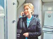 希拉里扮空姐为竞选造势