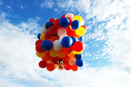 美国男子用躺椅绑气球升空飞行三百多公里(图)