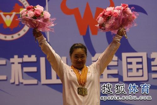 图文:全国举重冠军赛69公斤级 赵岩高举鲜花