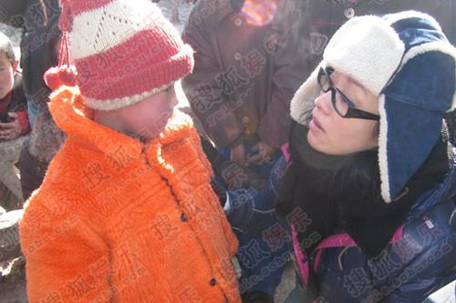 毛阿敏甘肃省景泰县进行实地探访到与一家没有水窖的小孩聊天