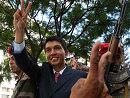 马反对派领导人拉乔利纳在街上巡游时做出胜利的手势