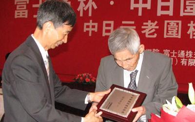 王汝南代表中国棋院赠送礼物