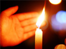 闪闪烛光祭奠逝者